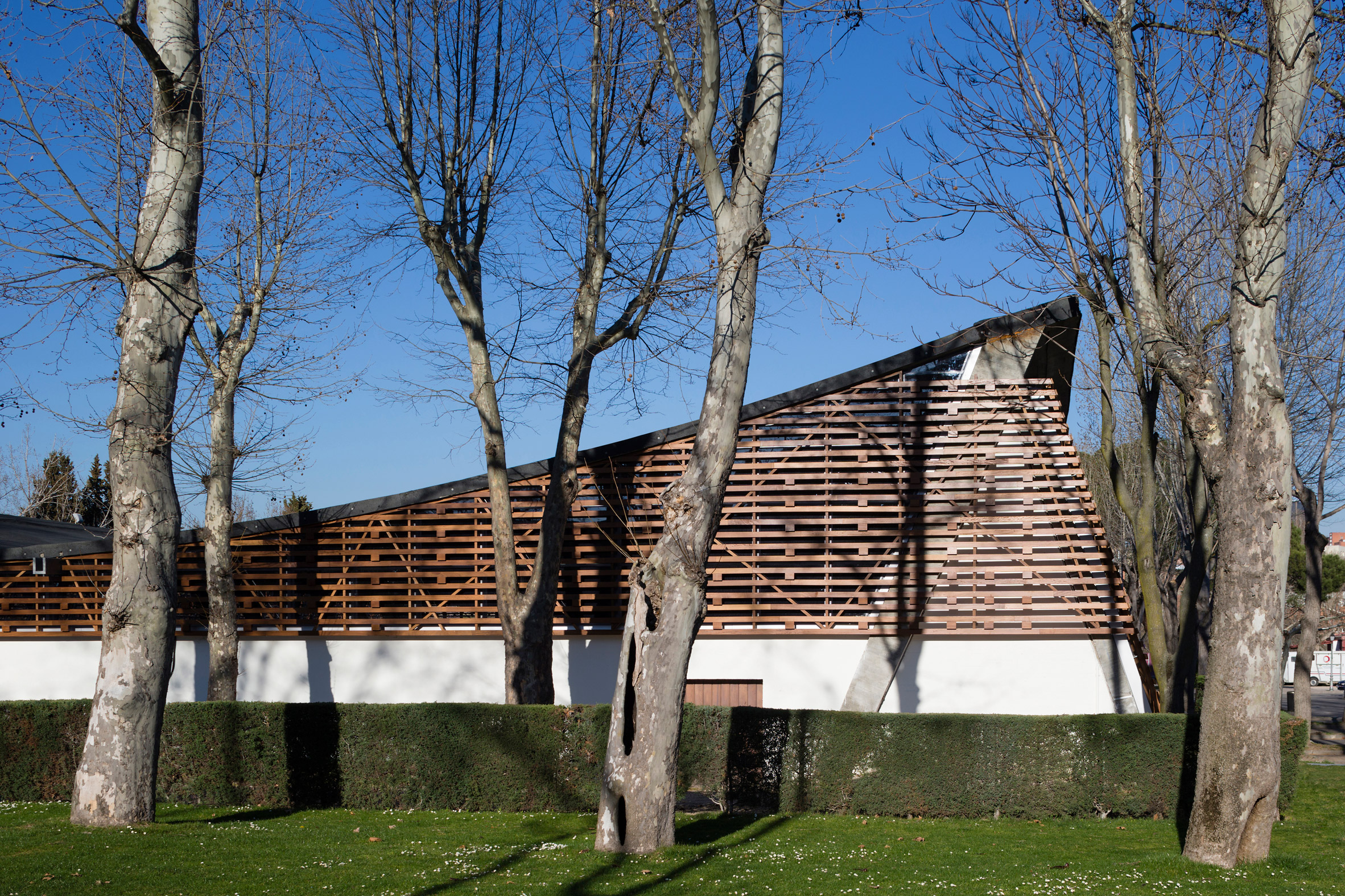 Beta Ø Architects upgrades Madrid riding arena with slatted wooden exterior