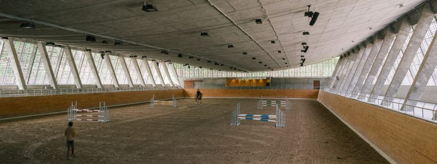 Riding arena by Beta 0 Architects
