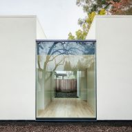 AJ-A gives Palo Alto home extension an all-white exterior
