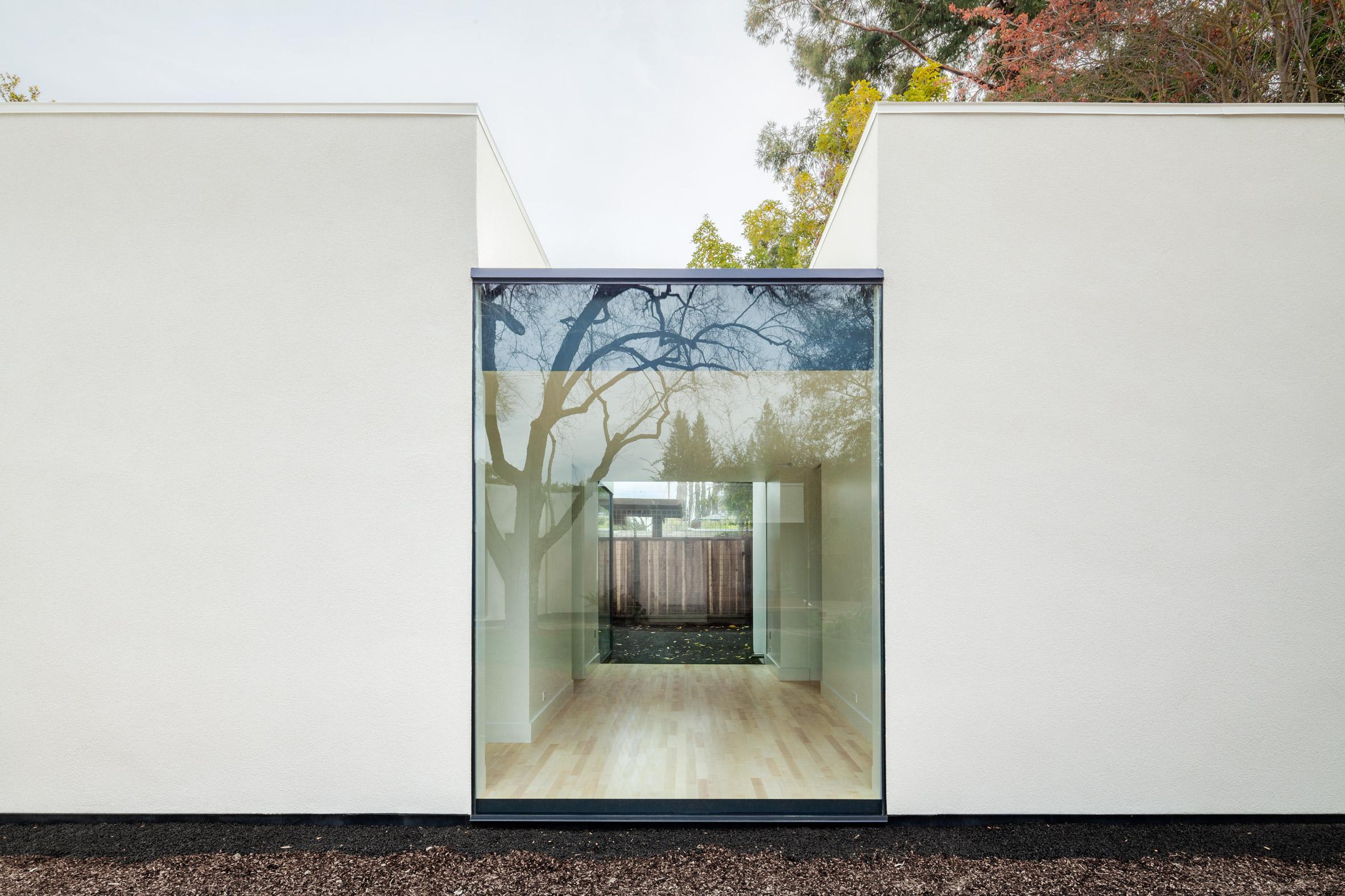 AJ-A gives Palo Alto home extension an all-white exterior