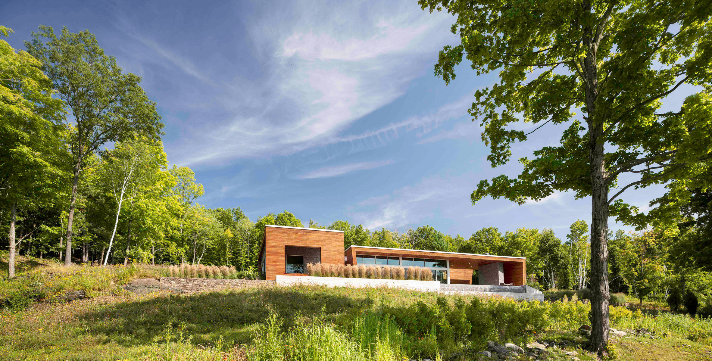 Slanted wooden walls form holiday home in upstate New York by Hariri & Hariri