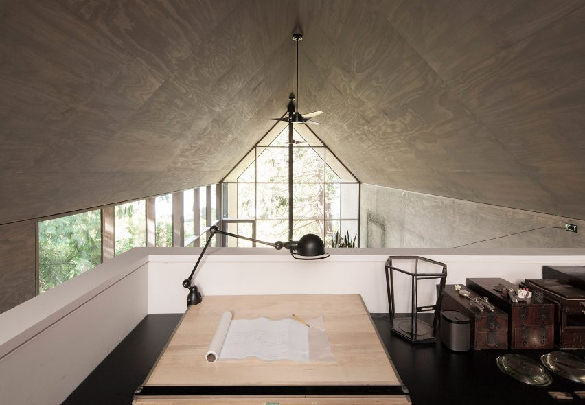 Desk overlooking entry - Junsei House Suyama Peterson Deguchi