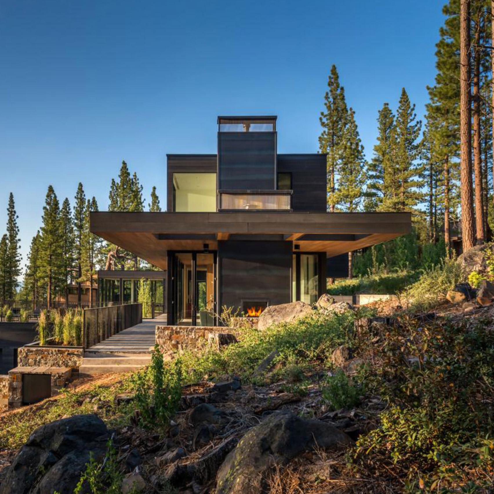 3novices studio bergtraun perches black cabin on steep for Sierra nevada cabine