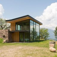 Glass walls frame vineyard views from Modostudio's mountain retreat