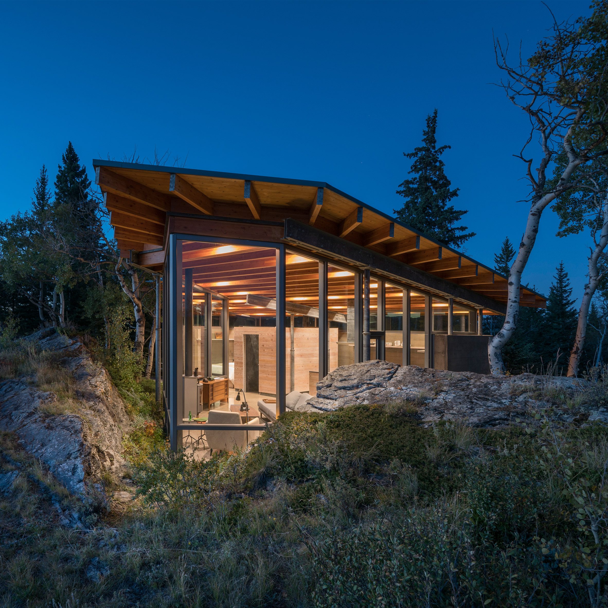 Cutler anderson architects tucks canadian home between for Anderson architects