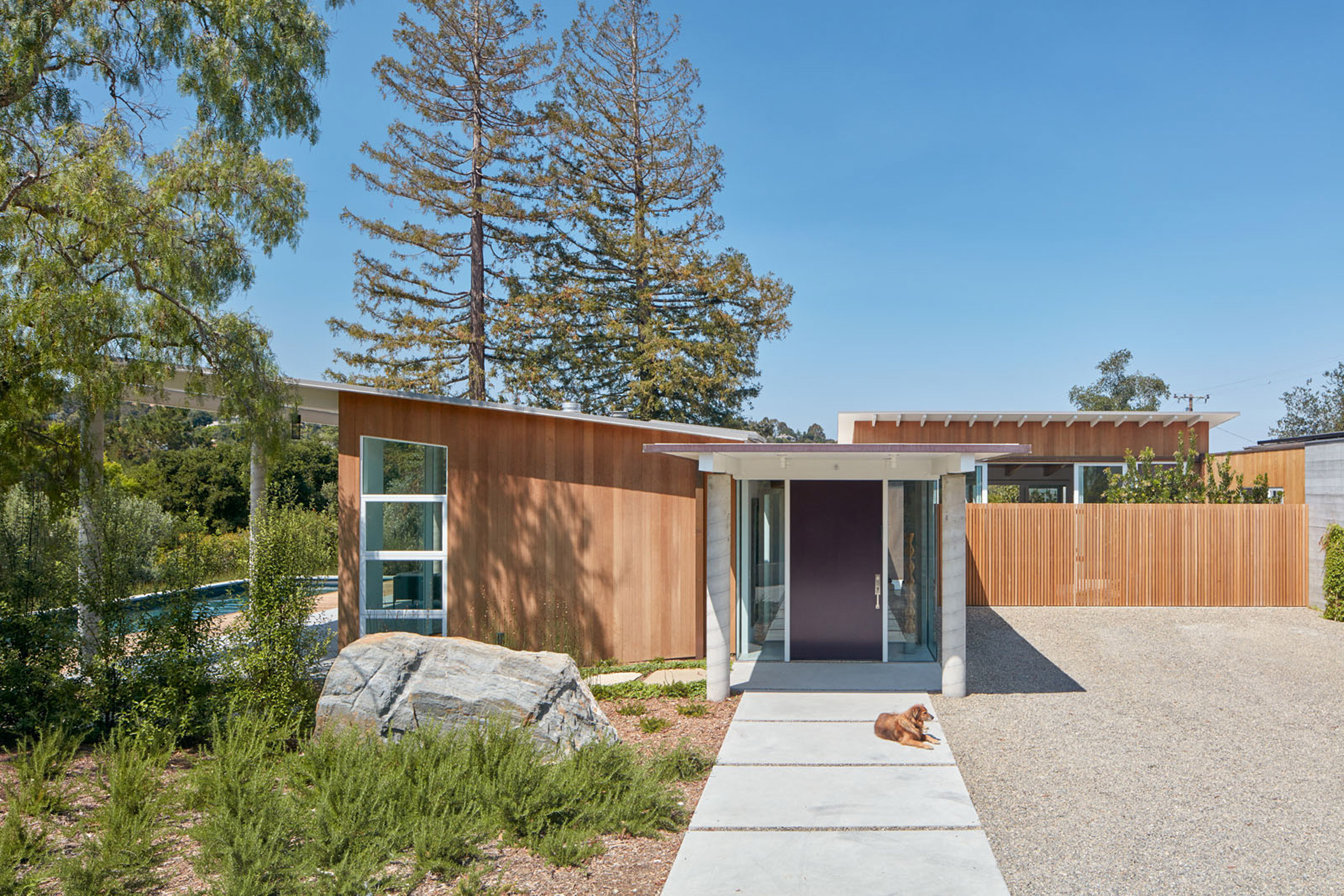 Cedar-clad home in Silicon Valley enables Californian outdoor lifestyle
