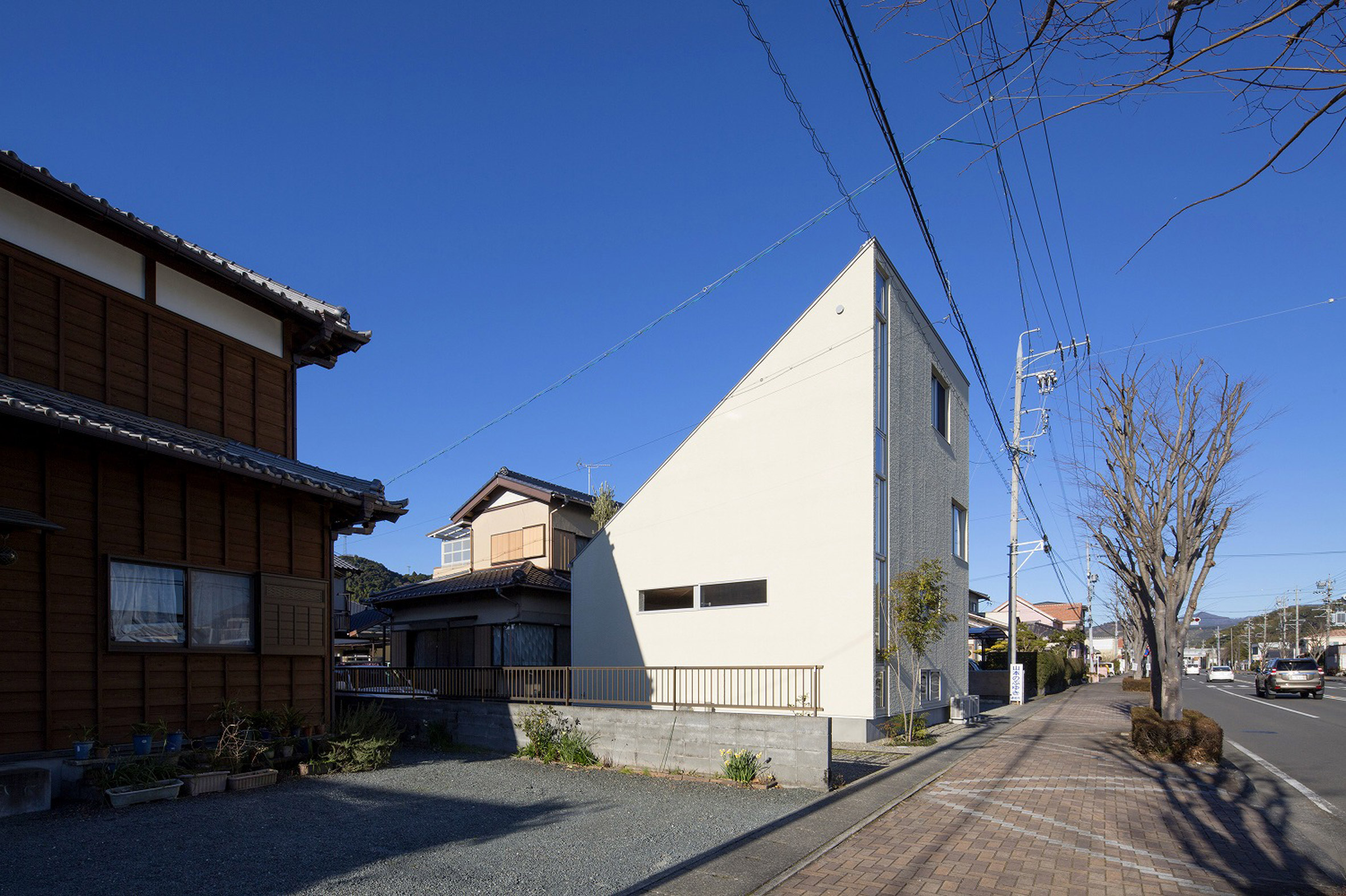 Yoshiyasu Mizuno uses sharply angled roof to disguise scale of Terada House