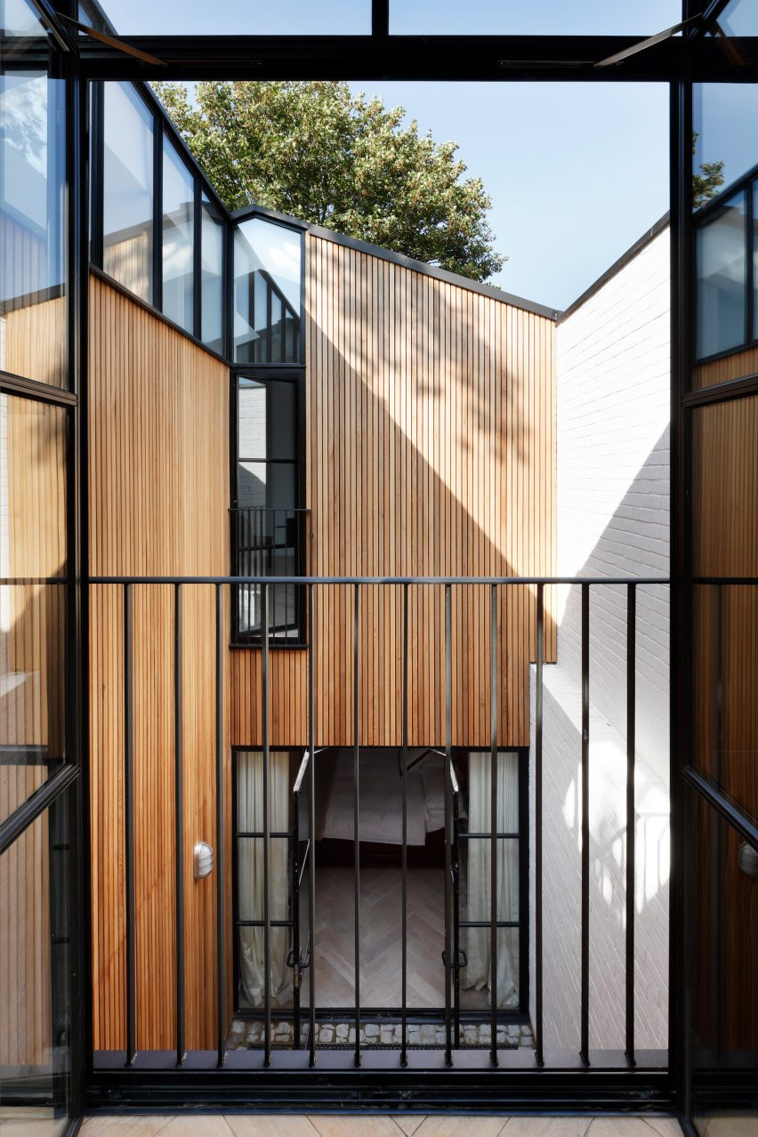 de rosee sa uses cobbled courtyards to bring light into london house