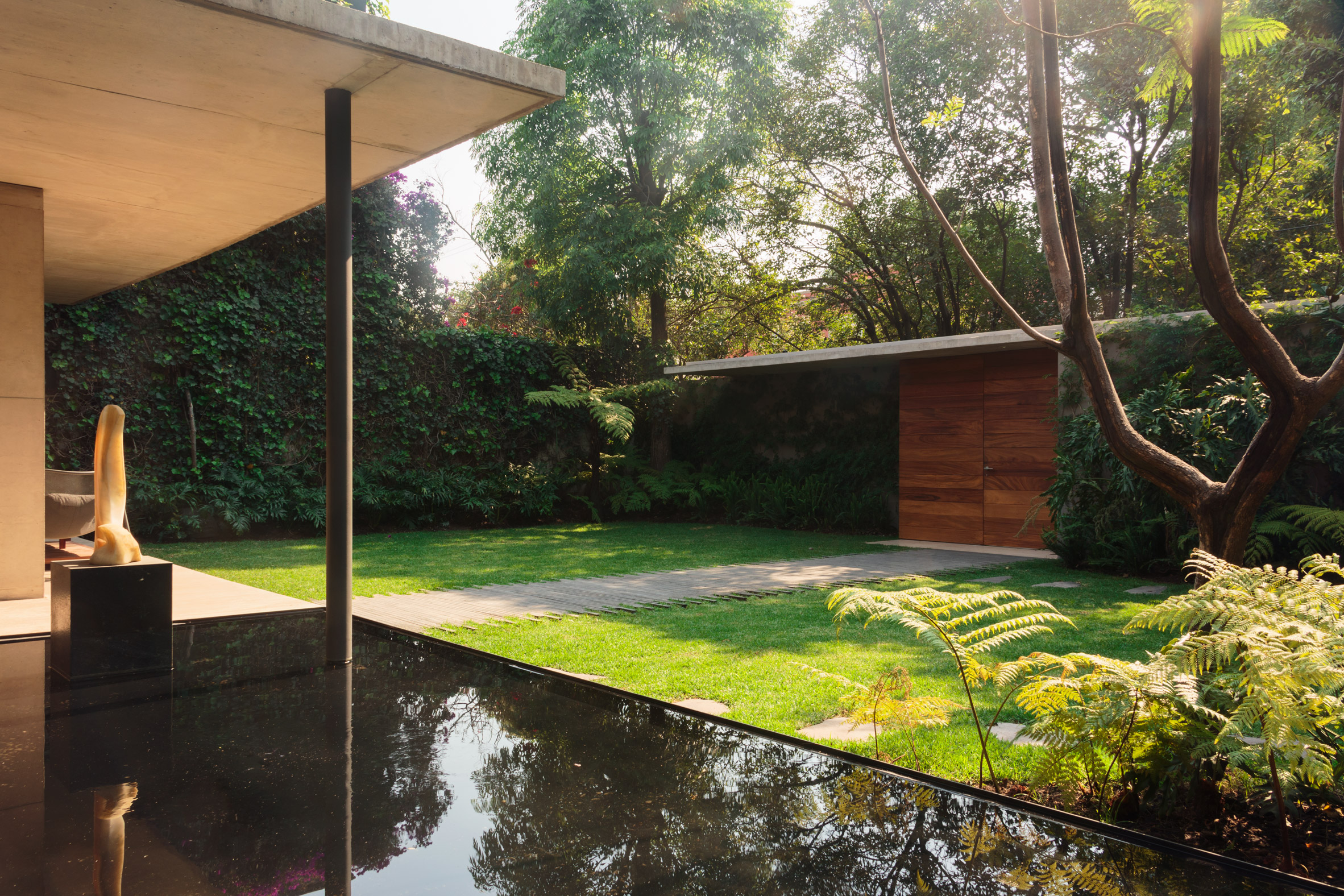 JJRR/Arquitectura sets modernist-influenced Mexico City home within verdant garden