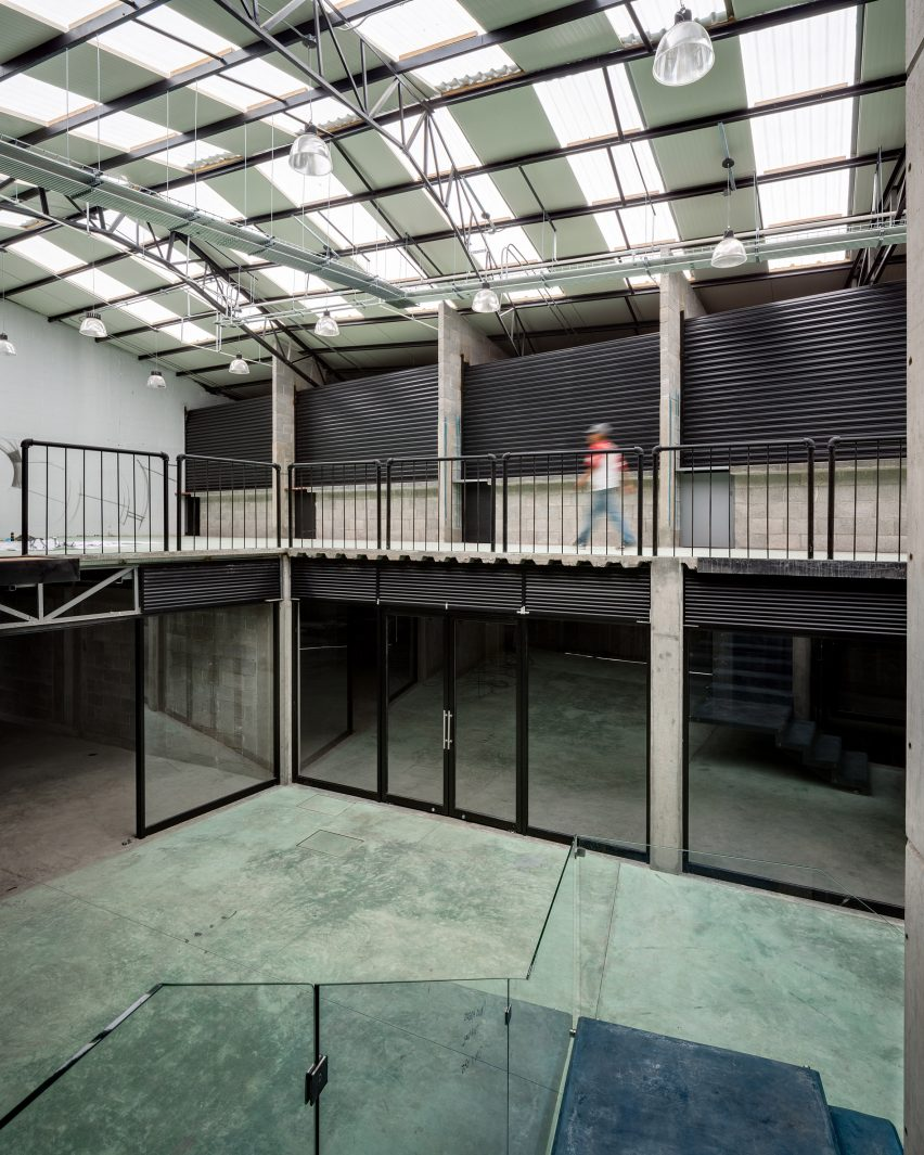 Central de arquitectura a mexico city based design studio has - Inside The Studio Created A Central Corridor Bordered On Both Sides By Glazed Storefronts The Lofty Space Is Illuminated By A Series Of Skylights