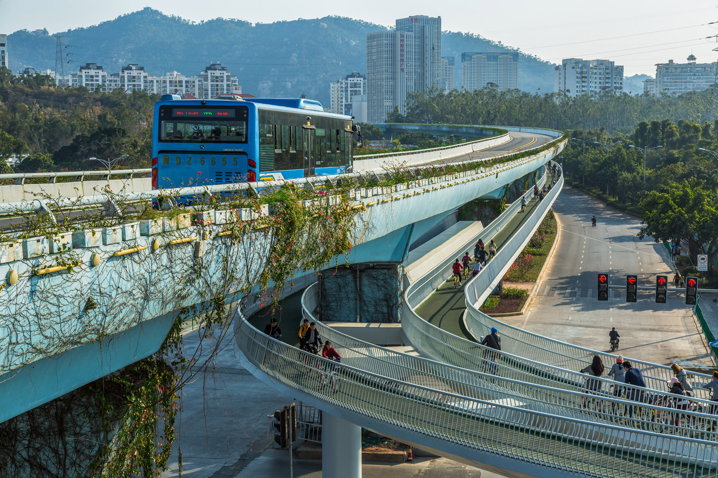"Dissing + Weitling builds ""world's longest"" elevated cycling path in China"