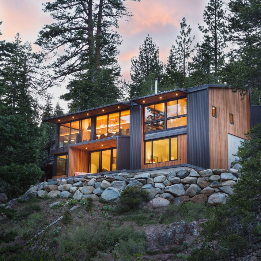 Studio bergtraun perches black cabin on steep slope in the for Lake house plans for steep lots