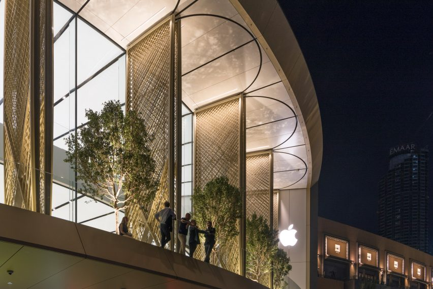 Foster + Partners completes Dubai Apple Store with carbon