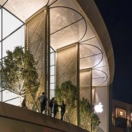 "Foster + Partners completes Dubai Apple Store with carbon-fibre ""solar wings"""