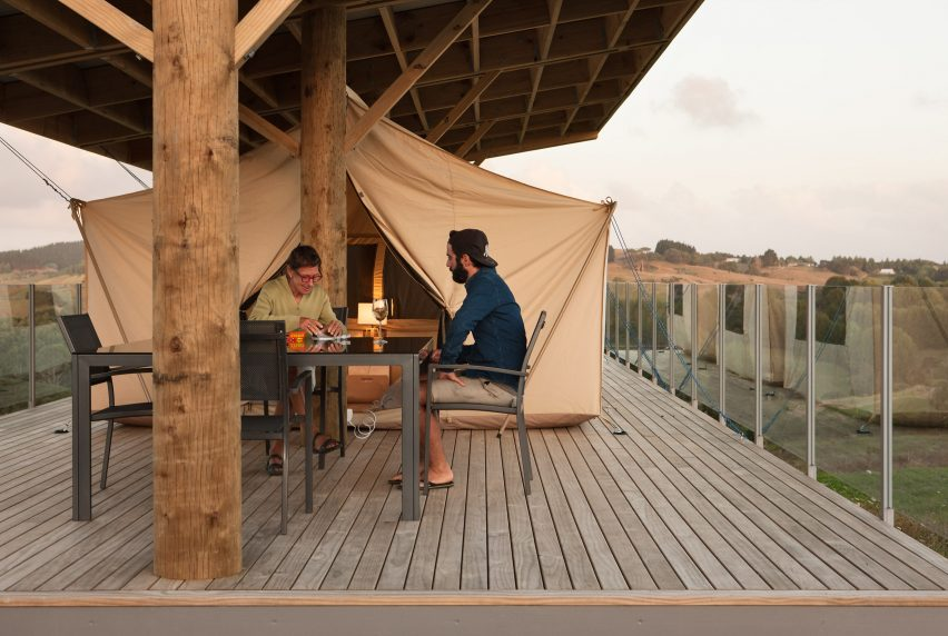 House in Kaiwaka by Peggy Dreamer & Tents create guest bedrooms with panoramic views at Peggy Deameru0027s ...