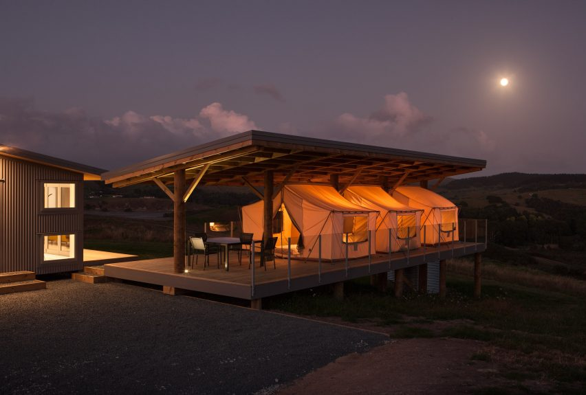 House in Kaiwaka by Peggy Dreamer.   & Tents create guest bedrooms with panoramic views at Peggy Deameru0027s ...