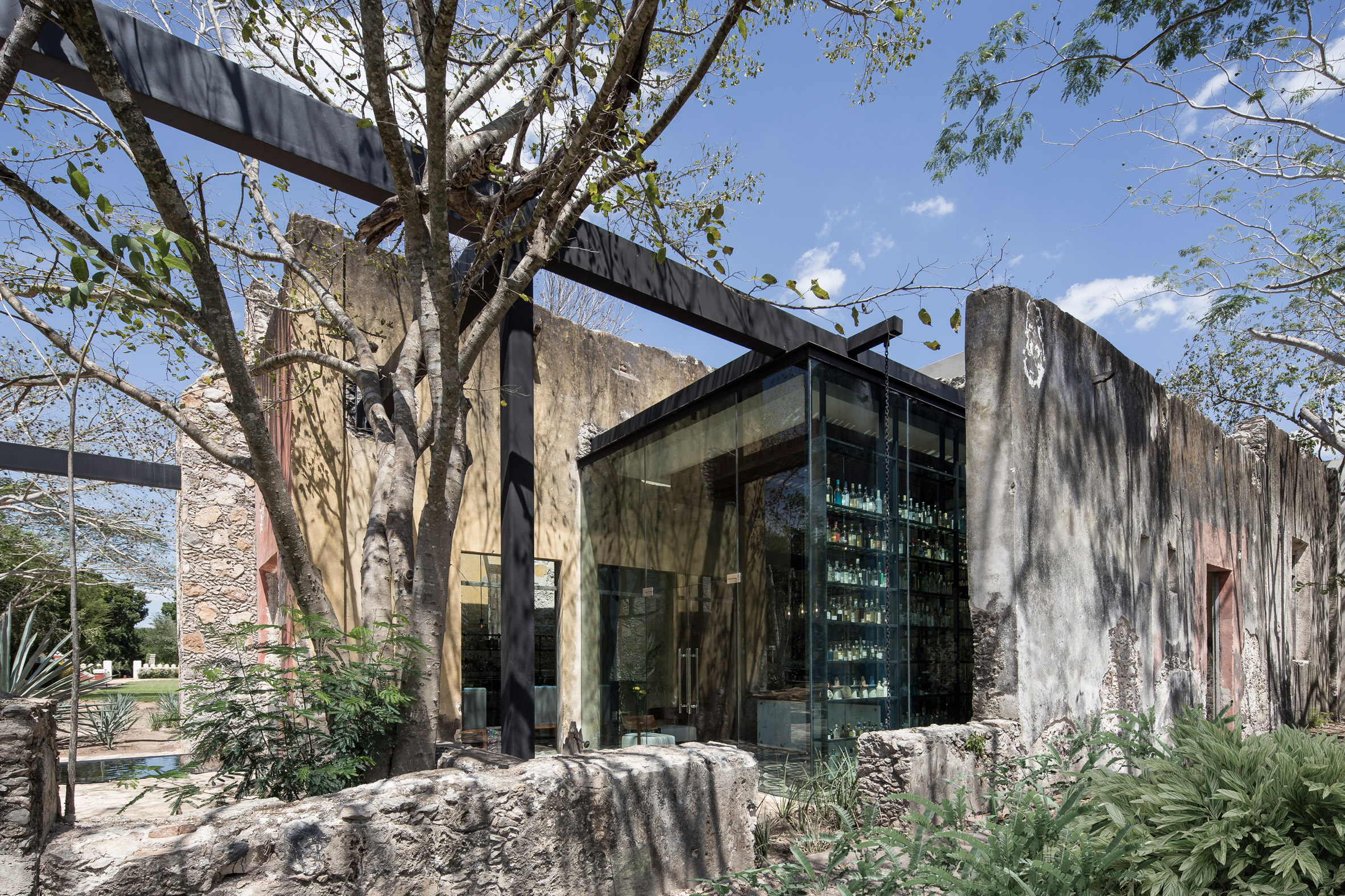 Jorge Bolio Arquitectura inserts restaurant into old Mexican textile factory
