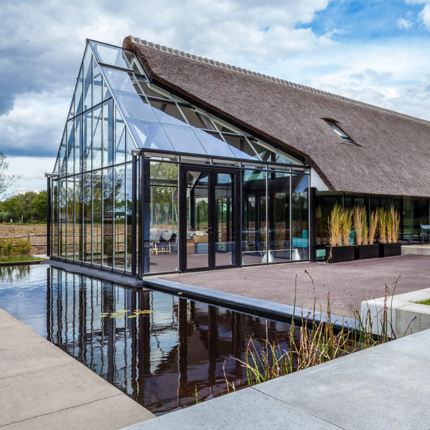 Maas architecten merges a thatched cottage with a glass for Glass house design architecture