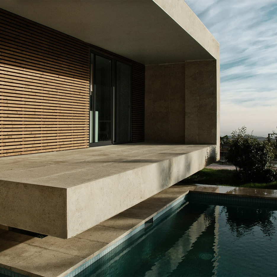 Concrete pavilion overlooks Tehran swimming pool by
