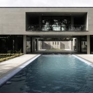 Elevated walkway bridges two parts of Iranian holiday home divided by swimming pool