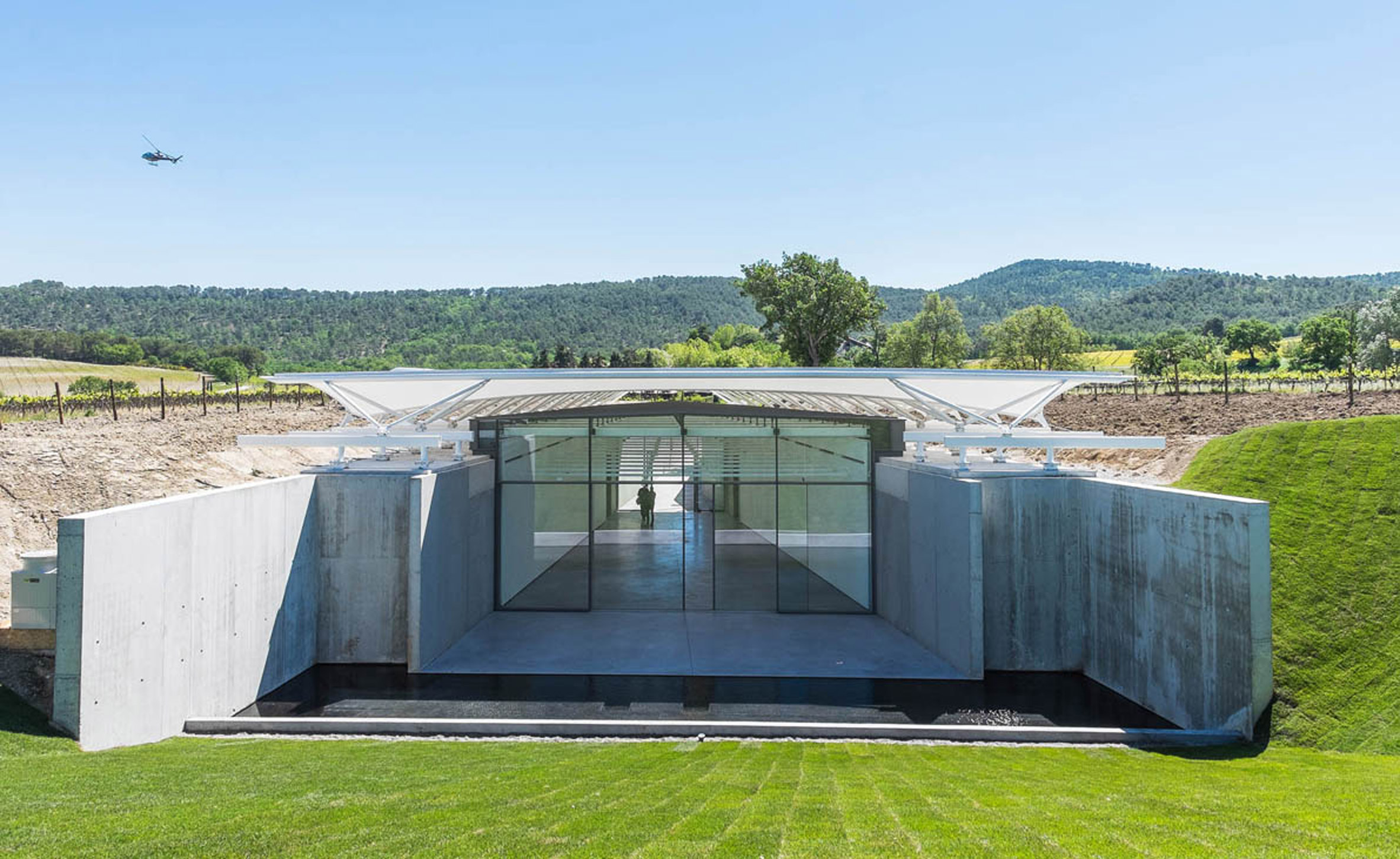 Renzo Piano sinks sail-covered art gallery into Aix-en-Provence vineyard