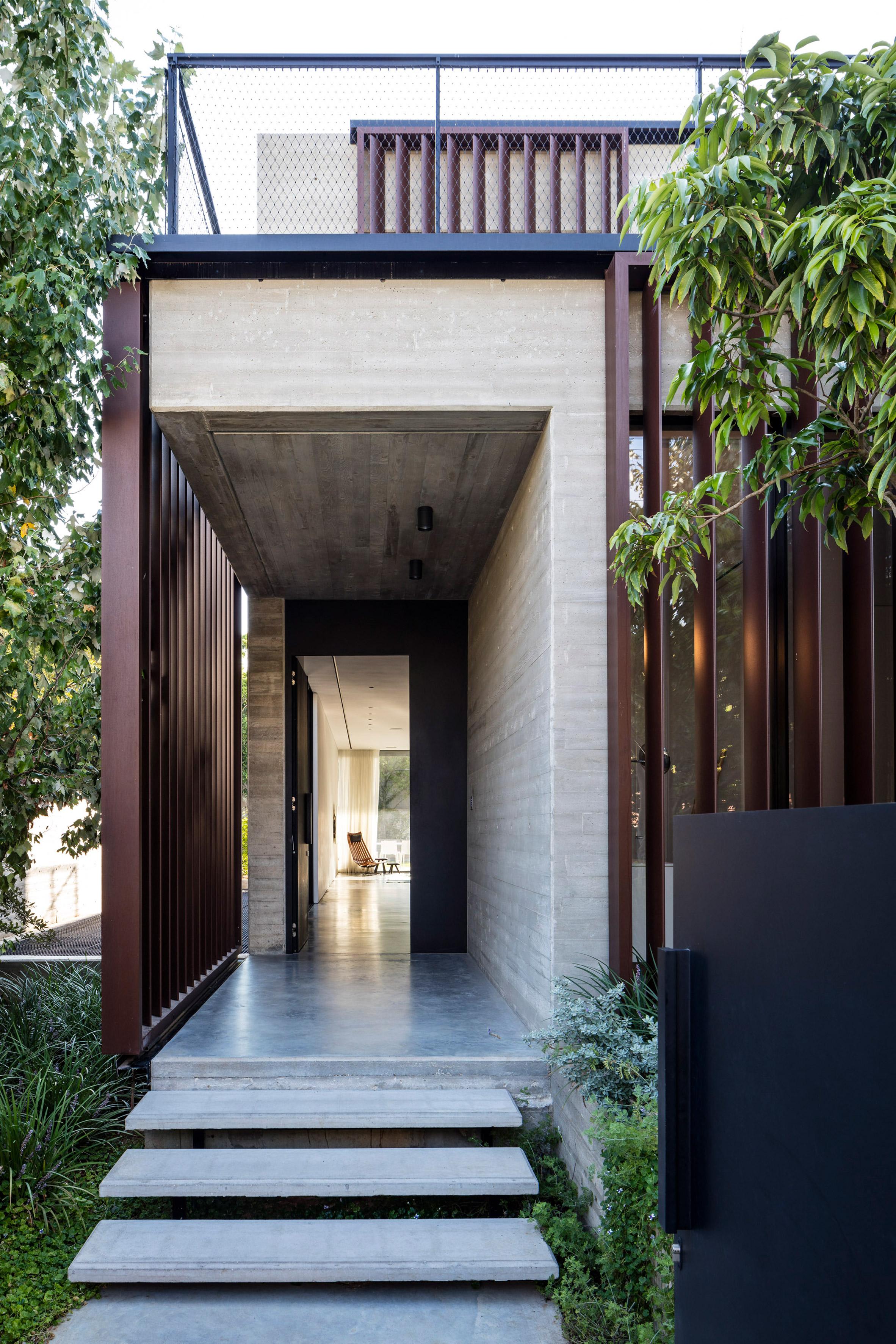Rumah di Tel Aviv Perpaduan Beton dan Louvre Vertikal yang