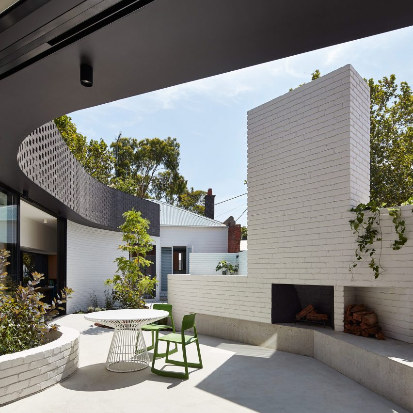 Perimeter house encloses private courtyard and plunge pool for Courtyard designs melbourne
