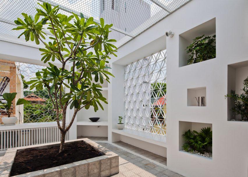 Hem House, Vietnam by Sanuki Daisuke Architects