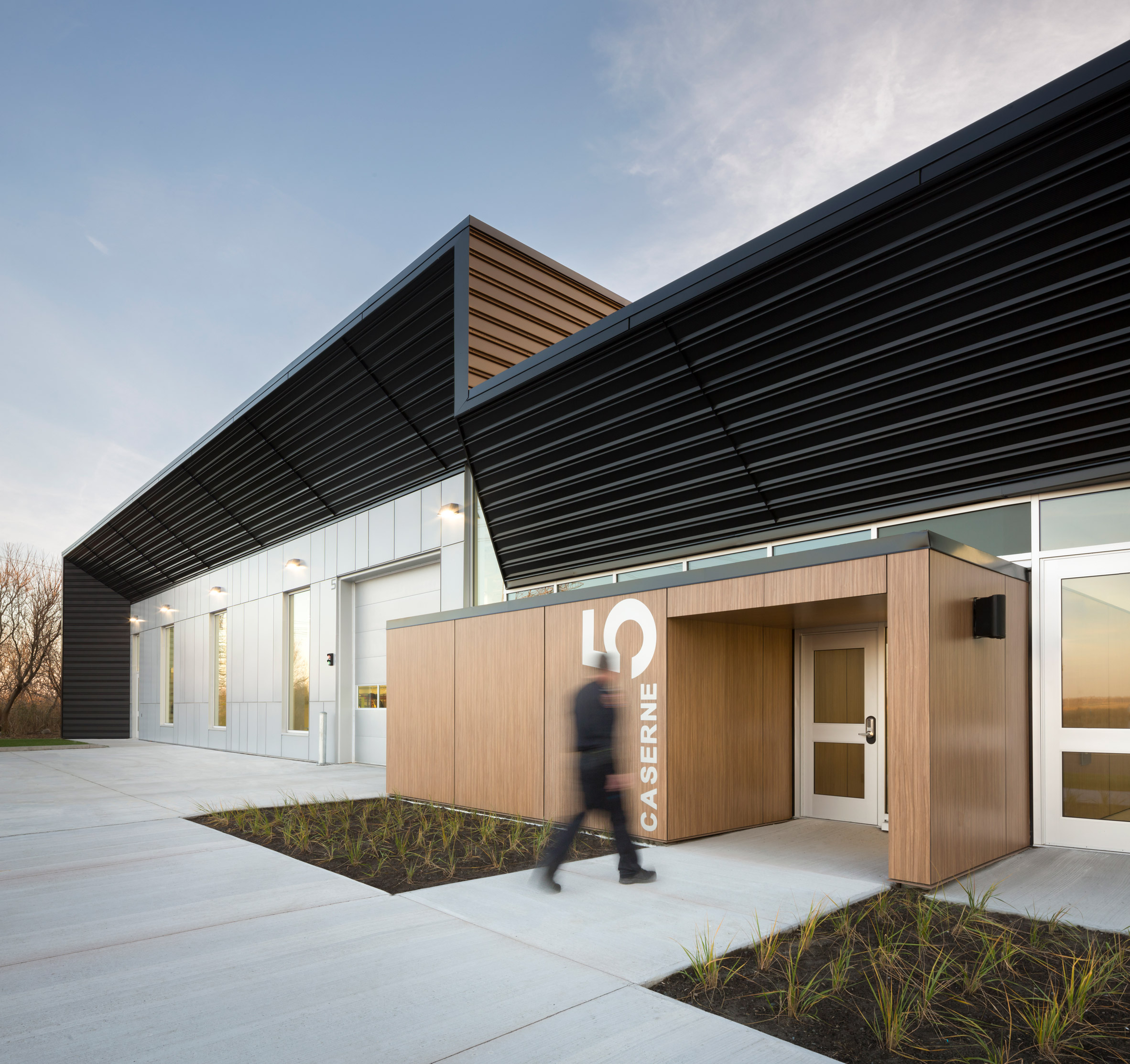 STGM wraps rural Quebec fire station in black aluminium