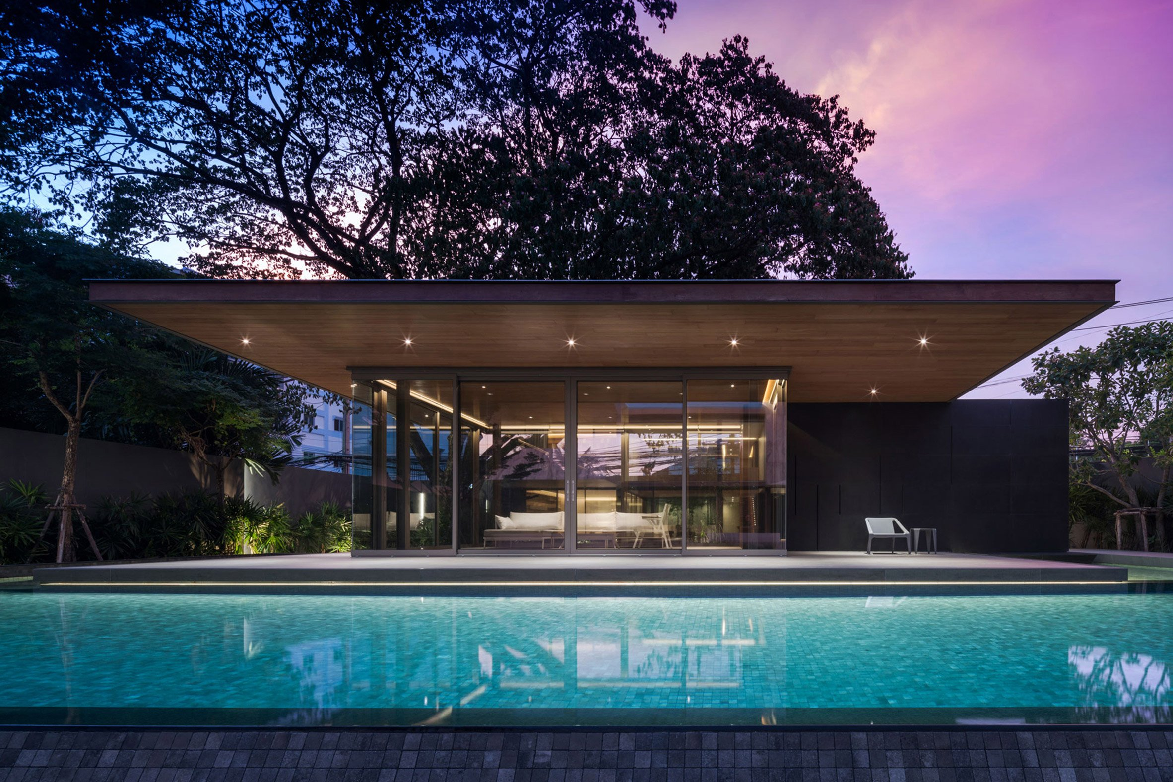 Openbox Architects tops Bangkok house with