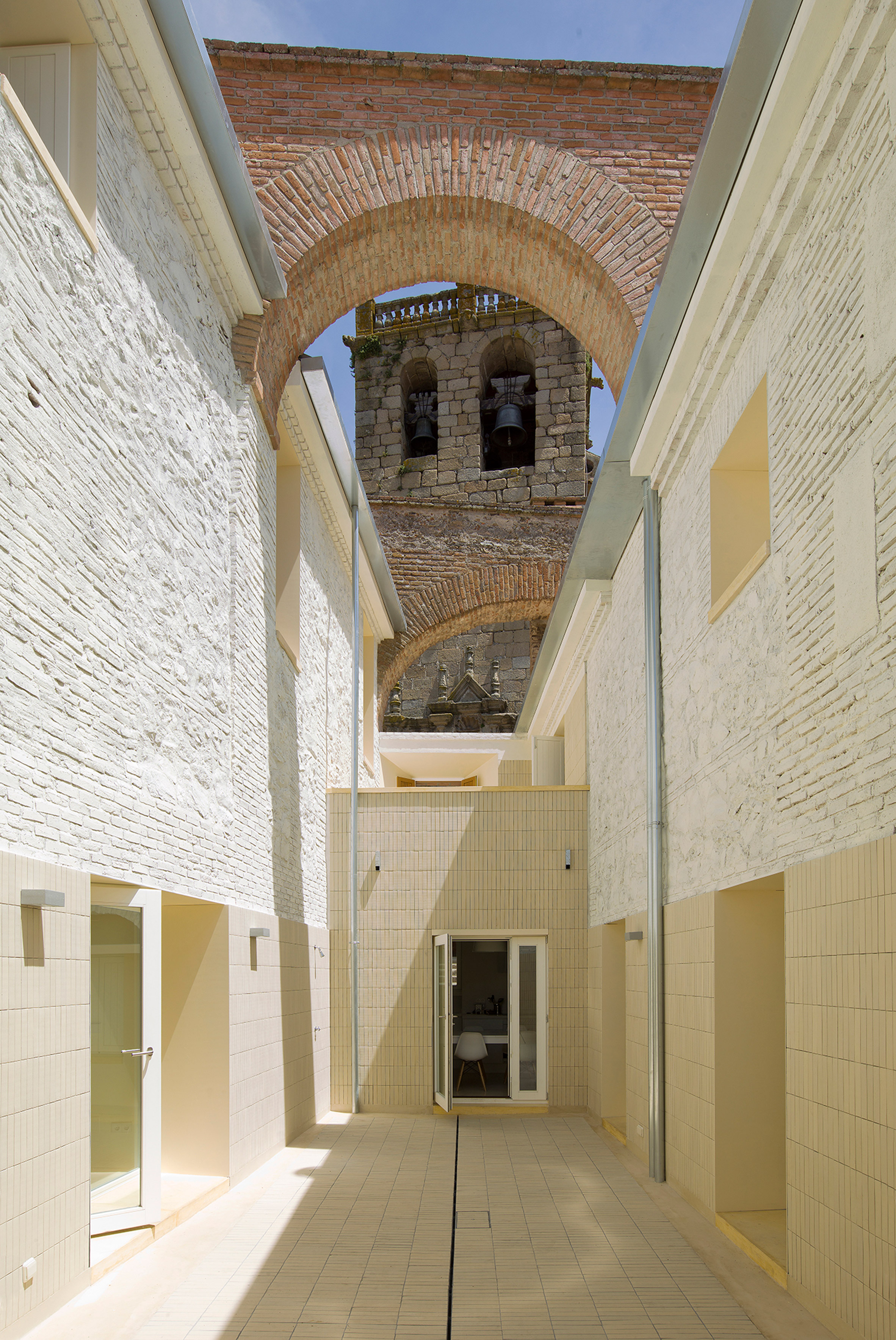 Paredes Pedrosa Arquitectos transforms ruined buildings within walls of Spanish castle