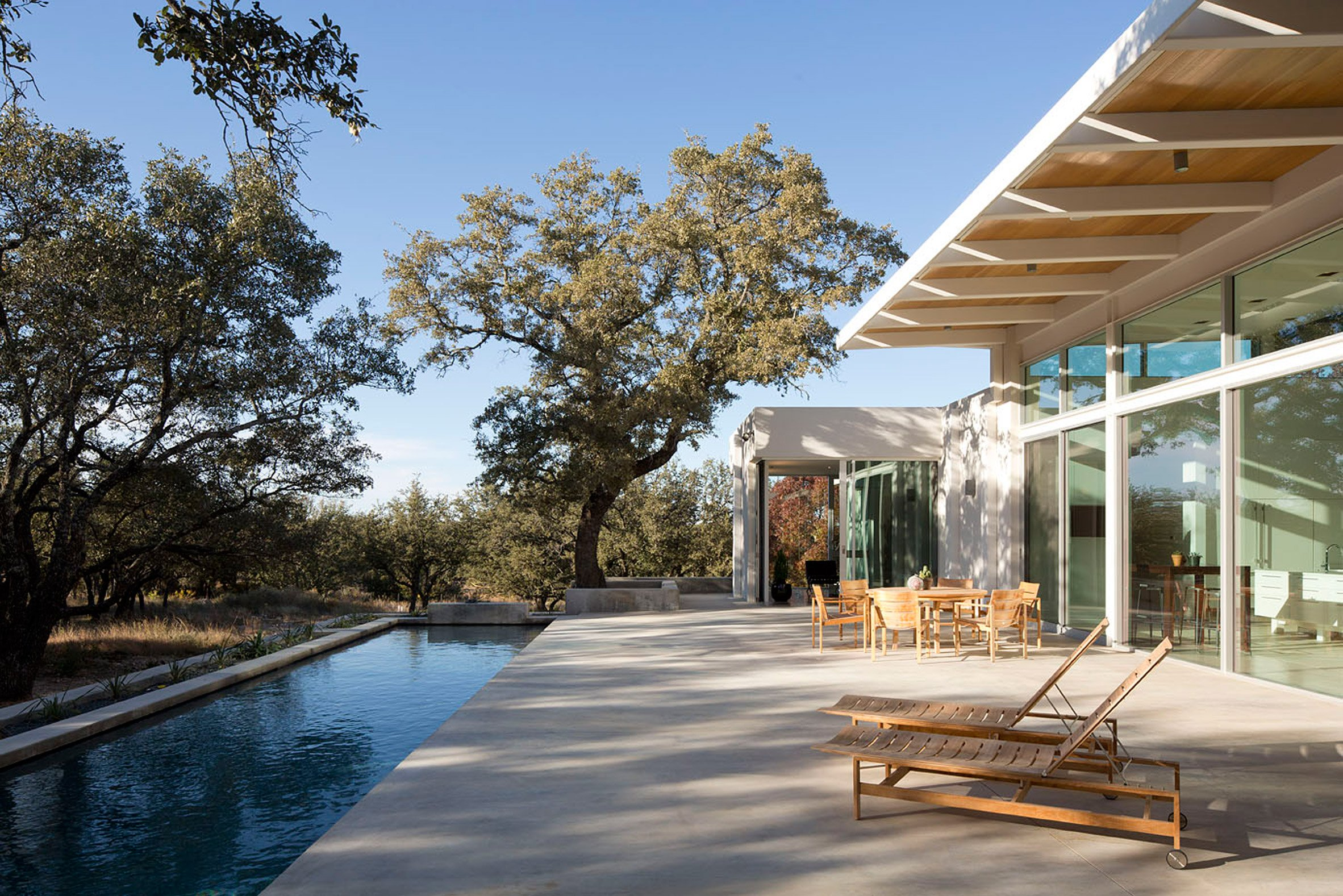 Low-lying residence by Dick Clark stretches across a Texas prairie