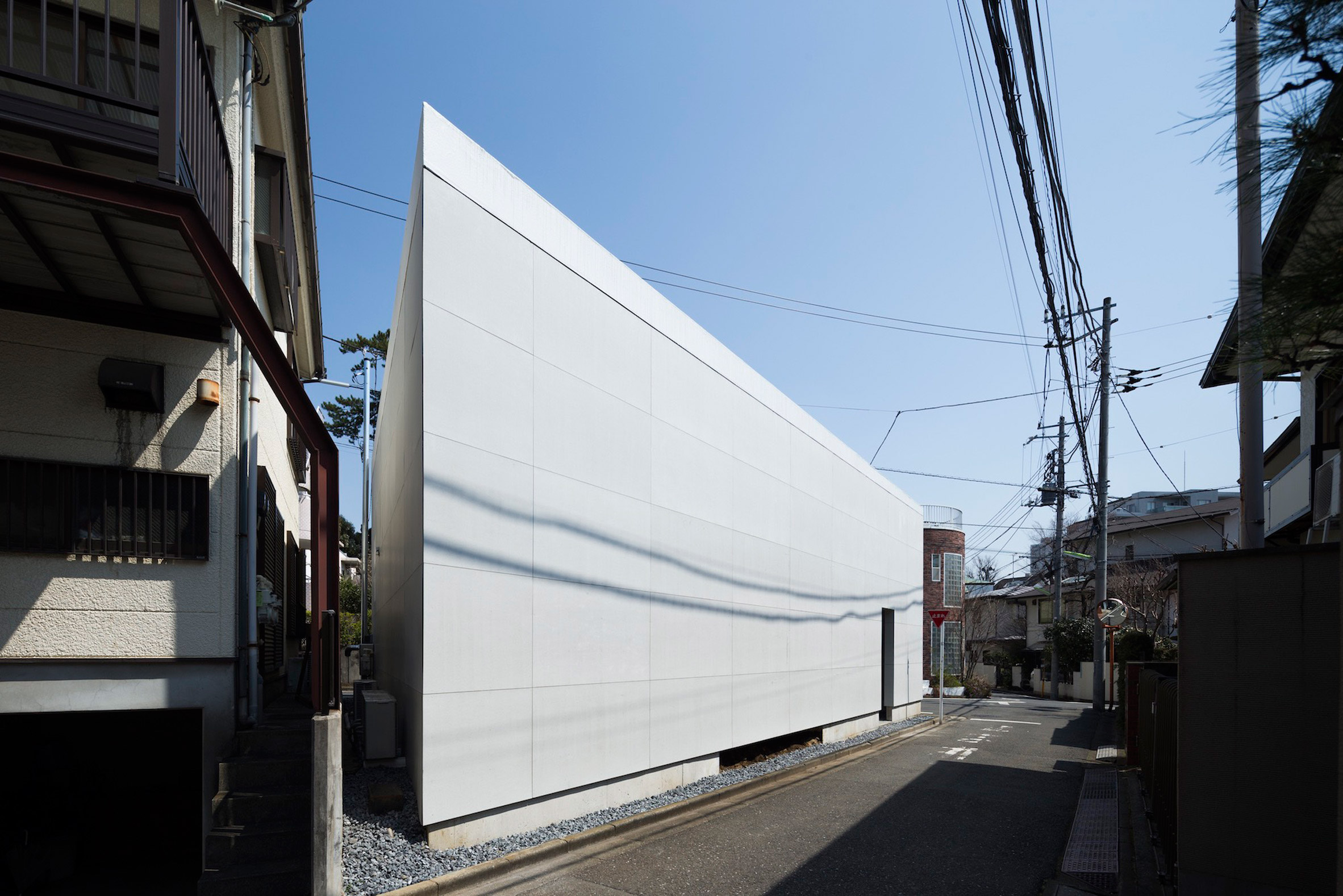 Chop + Archi cuts triangular lightwells into corners of house in Tokyo