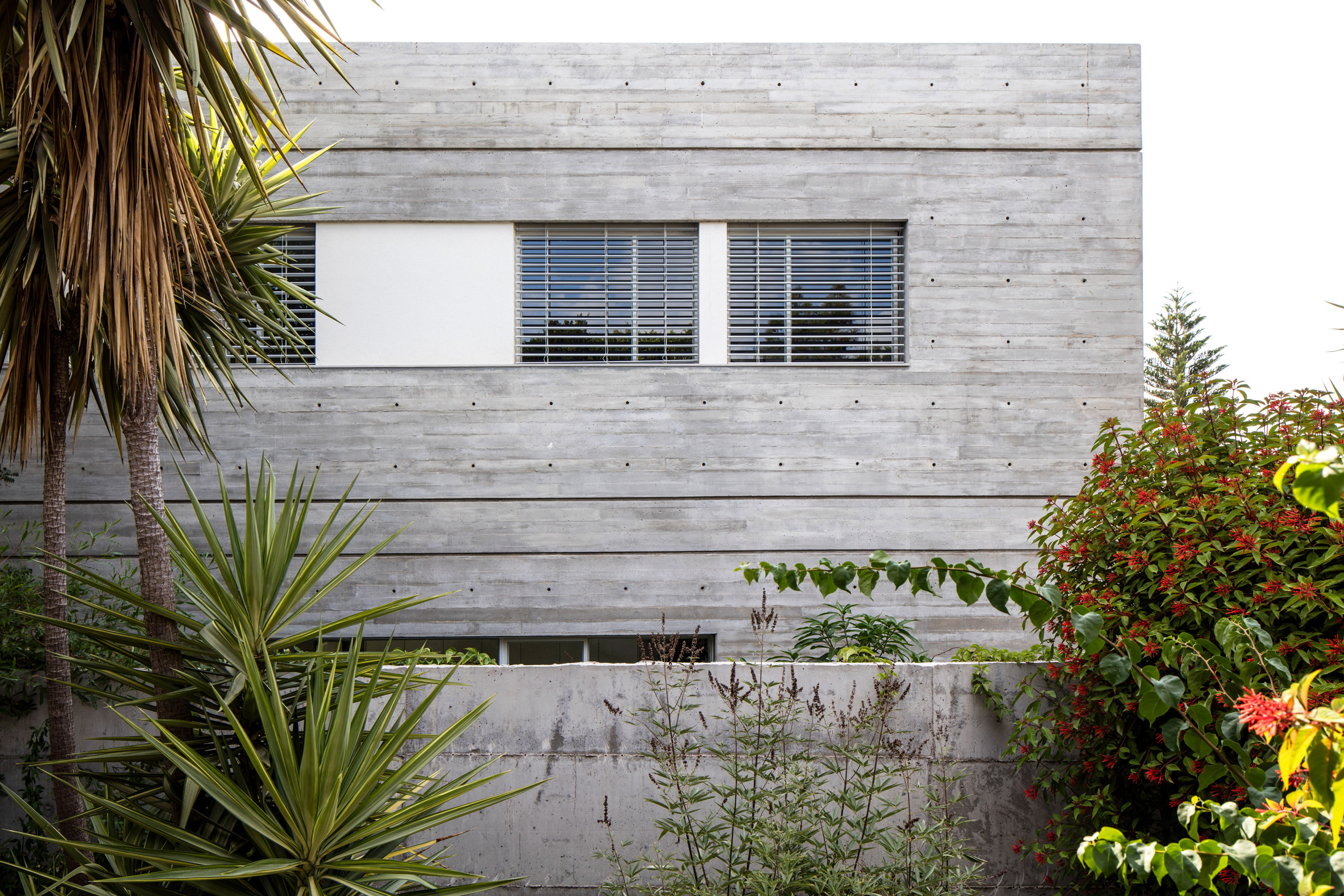3322 Studio builds concrete home in Tel Aviv around enclosed patios