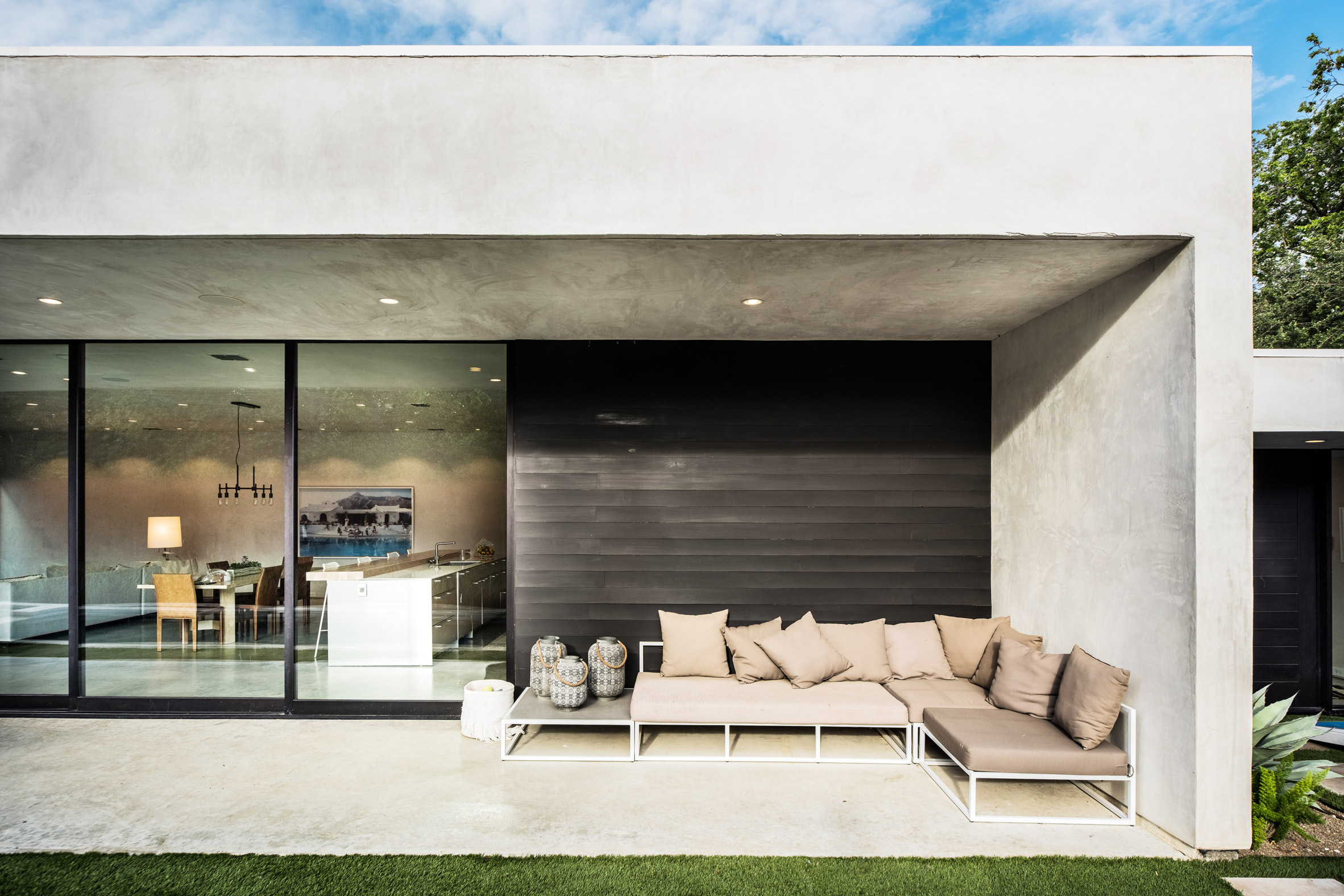 Wernerfield organises slender Dallas residence around pool terrace and garden