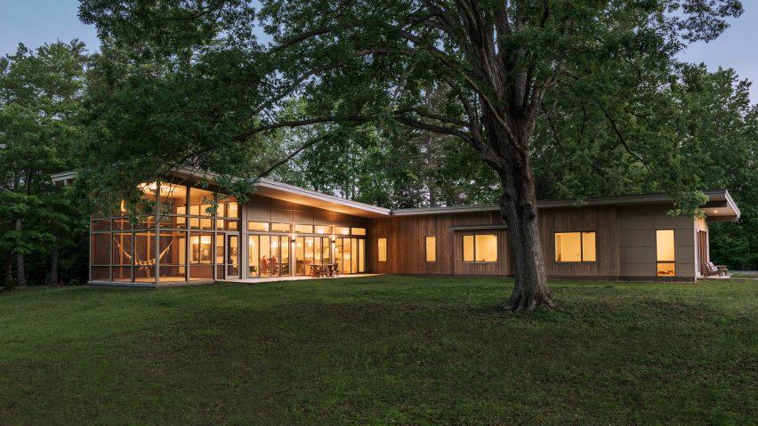 Samsel Architects builds house around ancient oak tree in North Carolina