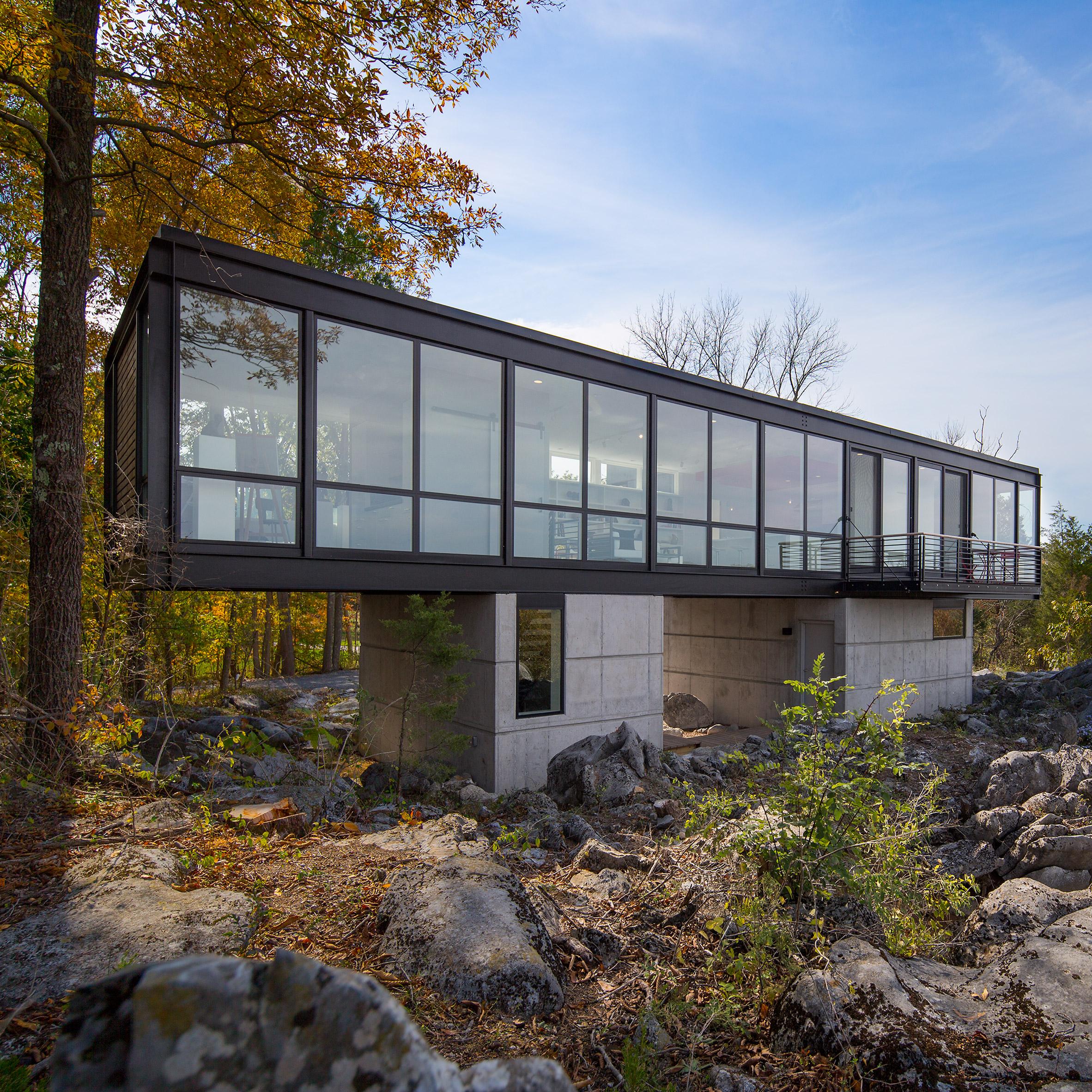 foto de Artist's retreat in West Virginia sits above a limestone quarry