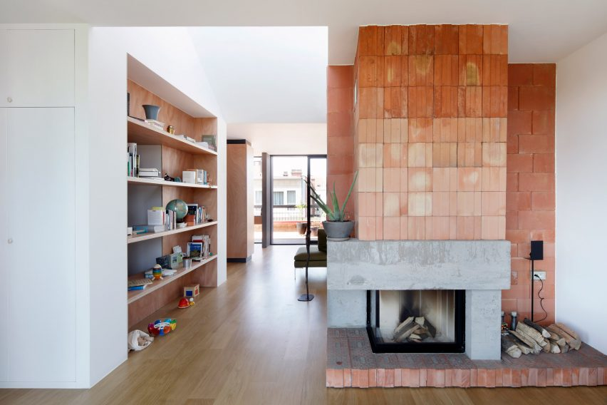 Concrete and red brick fireplace in Brussels rooftop extension