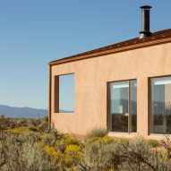 New Mexico home by Mollhaus takes cues from adobe architecture and desert terrain