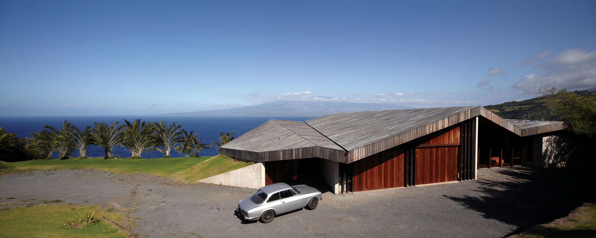 Angular roof covers clifftop home in Maui by Dekleva Gregorič Arhitekti