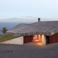 Angular roof covers clifftop home in Maui by Dekleva Gregorič Arhitekti
