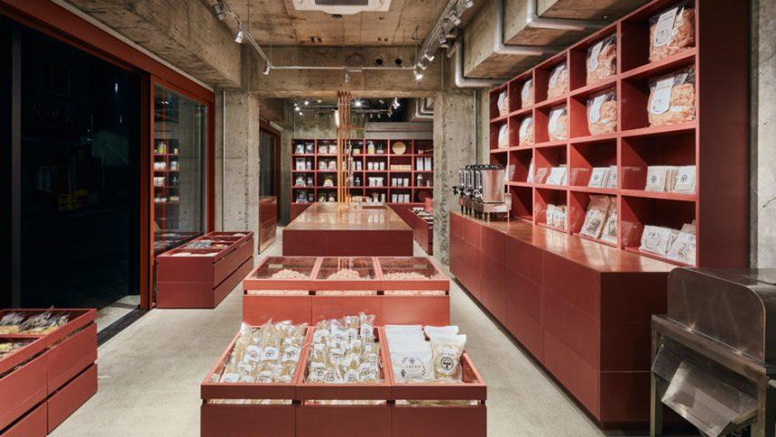 Интерьер магазина сухофруктов в тон всего здания
