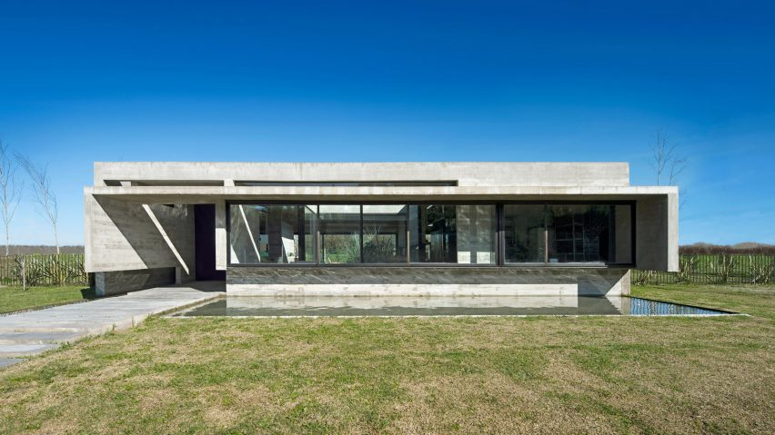 Reflecting pool fronts linear concrete house in Argentina by Luciano ...