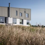 "Mole Architects builds house ""like a seagull's wing"" on Suffolk coast"