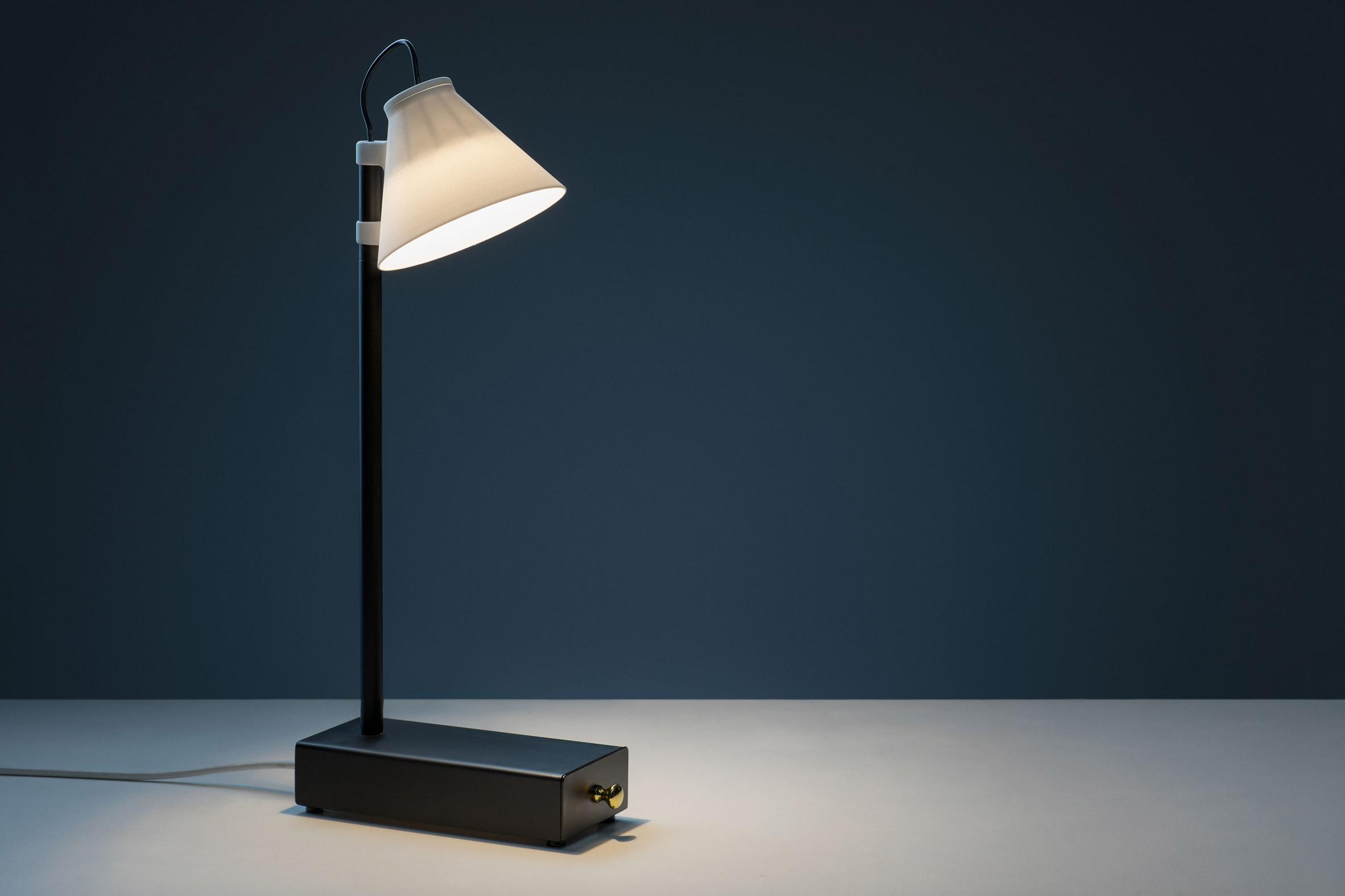 Klemens Schillinger's Offline lamp illuminates in exchange for a smartphone