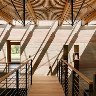 Stripy rammed-earth walls curve through holiday home on Californian walnut farm