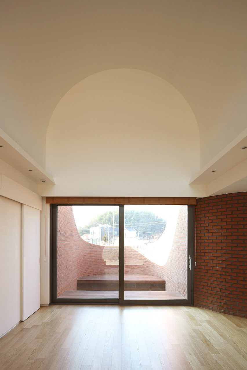 Magnificent Obbas Vault House Features Hidden Gardens Behind Curving Download Free Architecture Designs Scobabritishbridgeorg