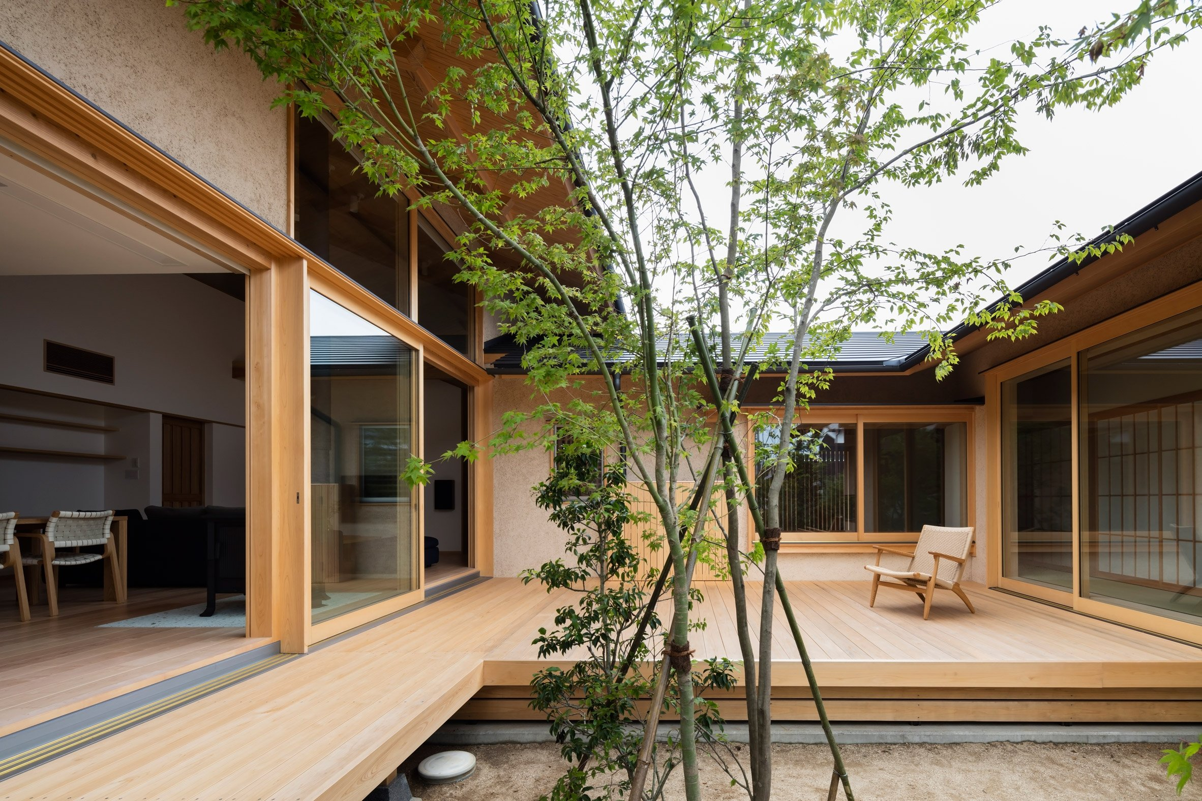 Hiiragi's House is a Japanese home arranged around a courtyard and old tree