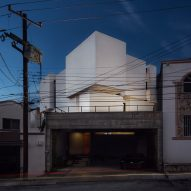Arquidromo stacks white cubes to form Mexican house on angled plot