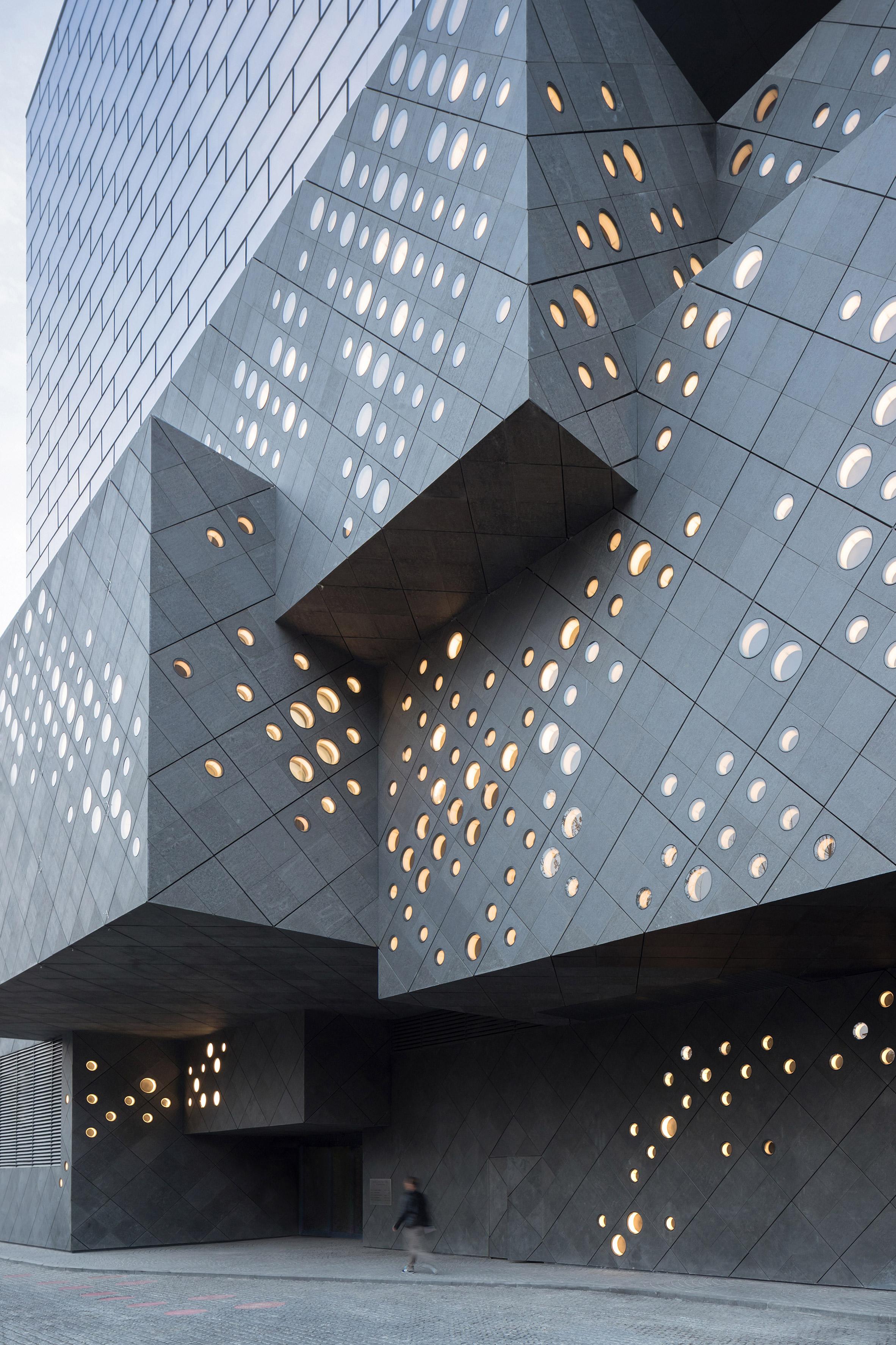 Ole Scheeren unveils huge art museum slotted in beside Beijing's hutongs